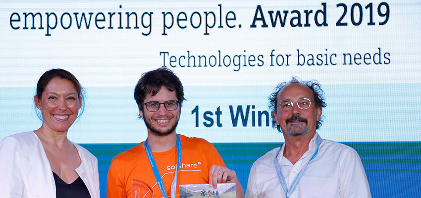 Picture: Nathalie von Siemens and Rolf Huber present the 1st place award to Sebastian Groh of SOLshare
