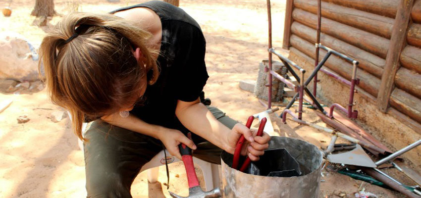 Asli '19 shaping a prototype of the rocket stove.