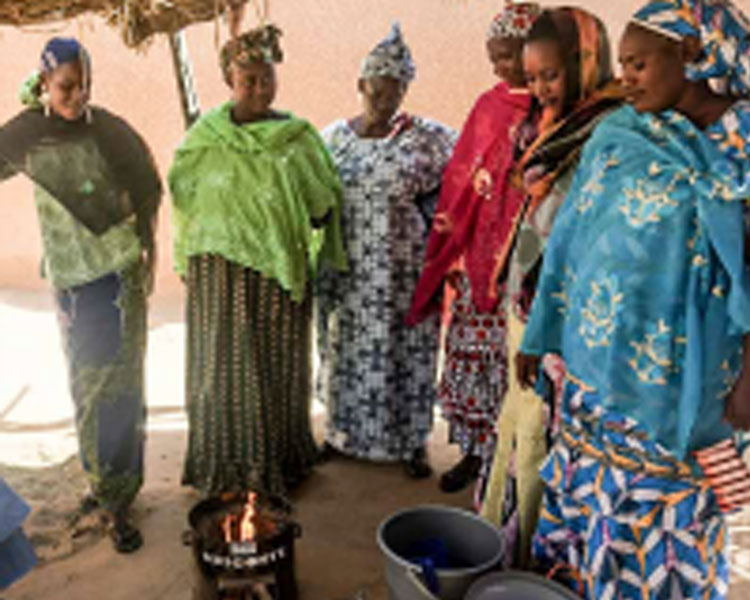 Women witnessing an efficient cookstove demonstration in Ansongo, Mali.