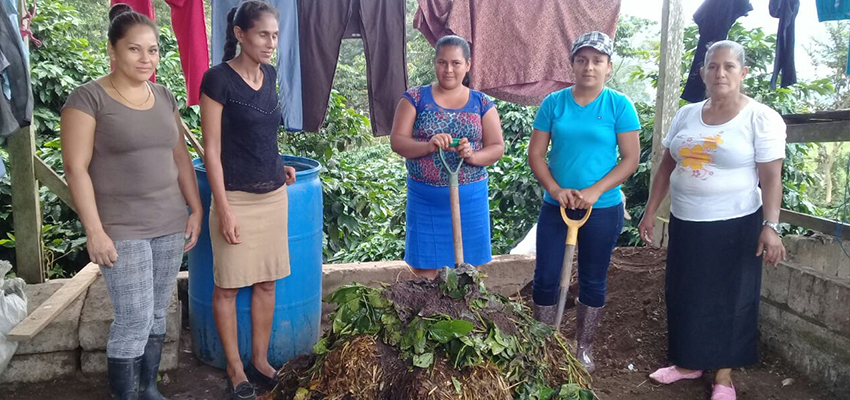 Fundación Entre Mujeres (FEM) during a training workshop on bio-intensive agriculture. Community of San Pedro (Departamento de Estelí), November 2017. Photo by the Network of Young Agroecologists of FEM.