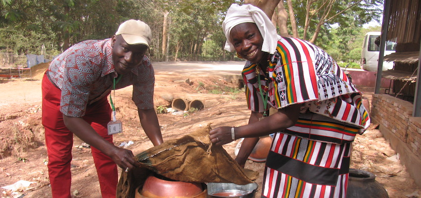 Djiguiba Boureima (Left) and Kadidia Nienta (Right) assembling a clay pot cooler in Bamako, Mali; Photo credit: Ba Germain Diarra