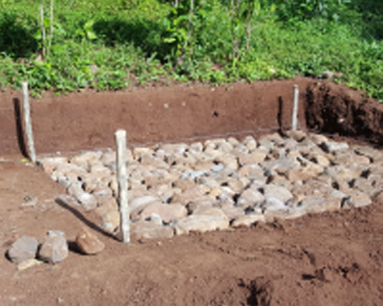 The men of Guayabo worked over a week to create a cistern to hold the water being carried from a spring in El Sauce. The base of the cistern is seen here under construction.